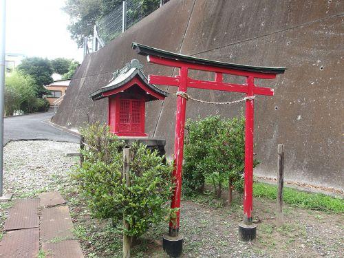 稲荷神社(横浜市鶴見区駒岡3-4) - 駒岡不動尊不動堂の側に鎮座する小祠